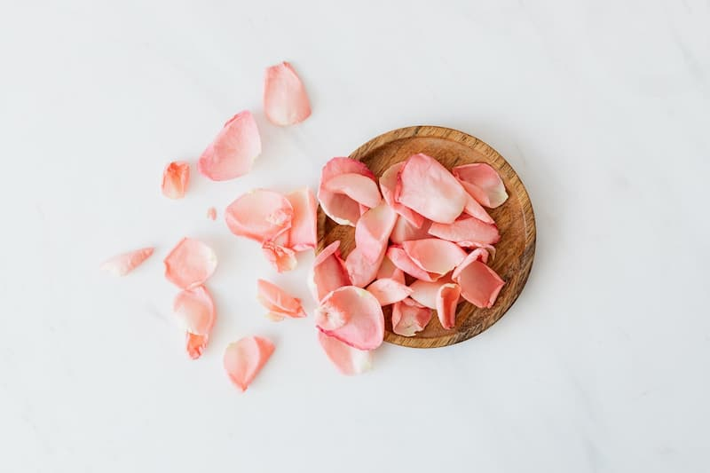 esküvői dekor virágszirom