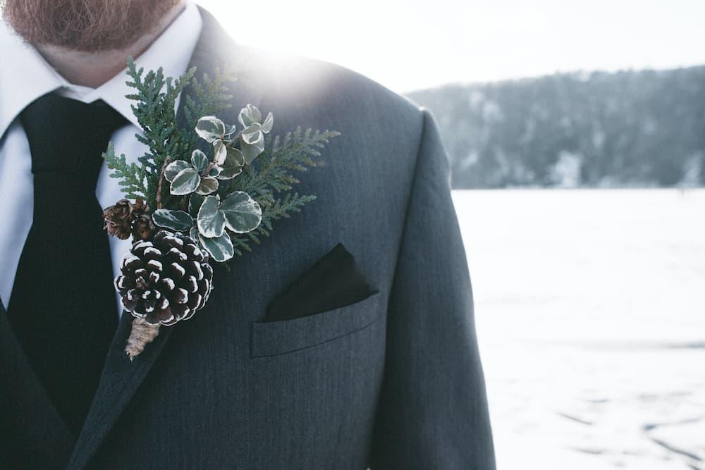 téli esküvő vőlegény kitűző